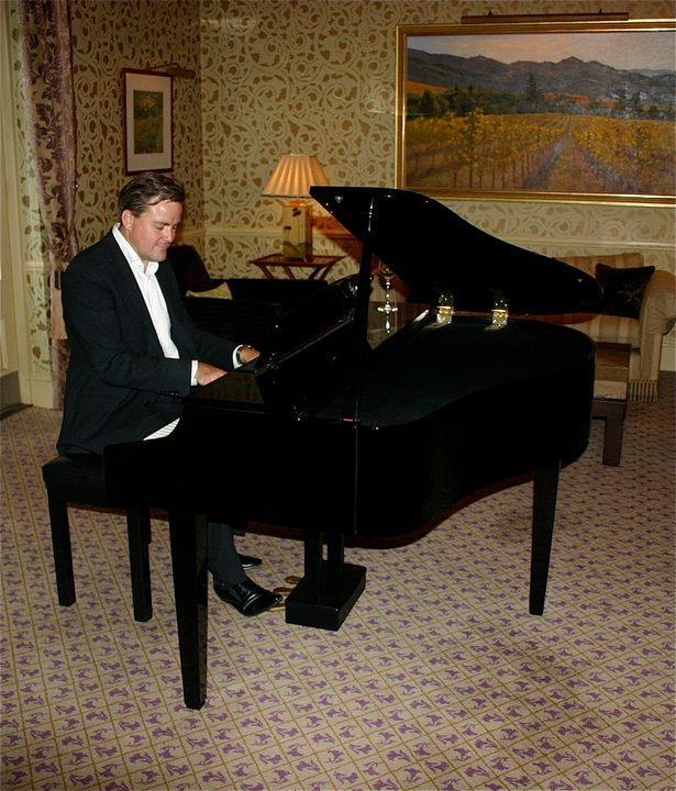Pianist at the wedding of George Clooney. Romantic pianist playng contemporary and classic popular music and light jazz. Party pianist. Pianist for a Barmitzvah. Pianist for funeral wakes in Berkshire, Wiltshire, Oxfordshire, Hampshire, Surrey, London, Bristol & Bath, South Wales